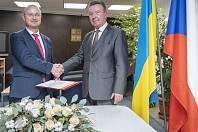 Zleva: Martin Pazúr ze společnosti Nuvia a zástupce státního podniku NAEK Energoatom.