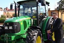 Symbolický křest nové techniky, která bude obsluhovat městskou kompostárnu v Jaroměřicích, provedli lidé z vedení města v čele se starostou Jaroslavem Soukupem.