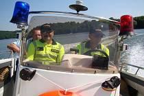 Plavidla Policie ČR a Státní plavební správy kotrolují Dalešickou přehradu
