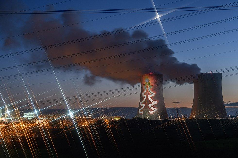 Neobvyklá podívaná se naskytne řidičům, kteří pojedou o víkendu okolo Jaderné elektrárny Dukovany. Chladící věž rozzáří vánoční stromeček.