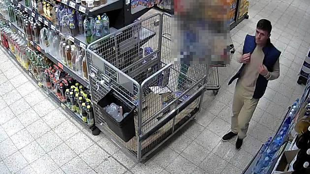 Záznamy z kamer v supermarketu na Brněnské ulici v Třebíči.