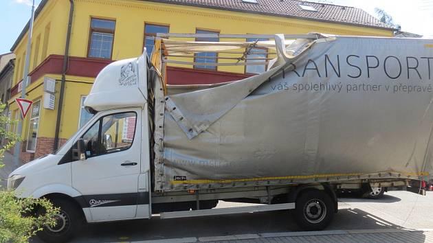K řidičům, kteří se dokázali napasovat pod železniční viadukt u třebíčského nádraží, v pondělí odpoledne přibyl další.