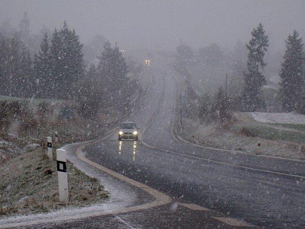 Rozbředlý sníh, vítr a na mnoha místech se tvořící ledovka komplikují dnes ráno dopravu na Vysočině.