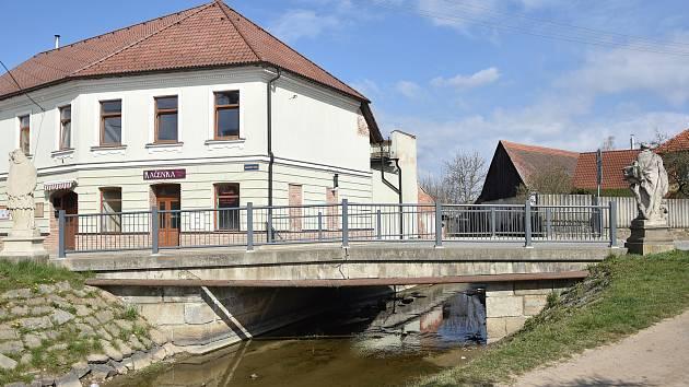 Most přes stařečský potok v centu Starče