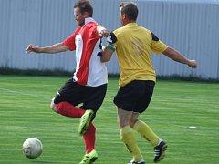 Záložní mužstvo Náměště-Vícenic (ve žlutém) započalo svojí pohárovou pouť zápasem s Valčí (na snímku) a probojovalo se až do finále.