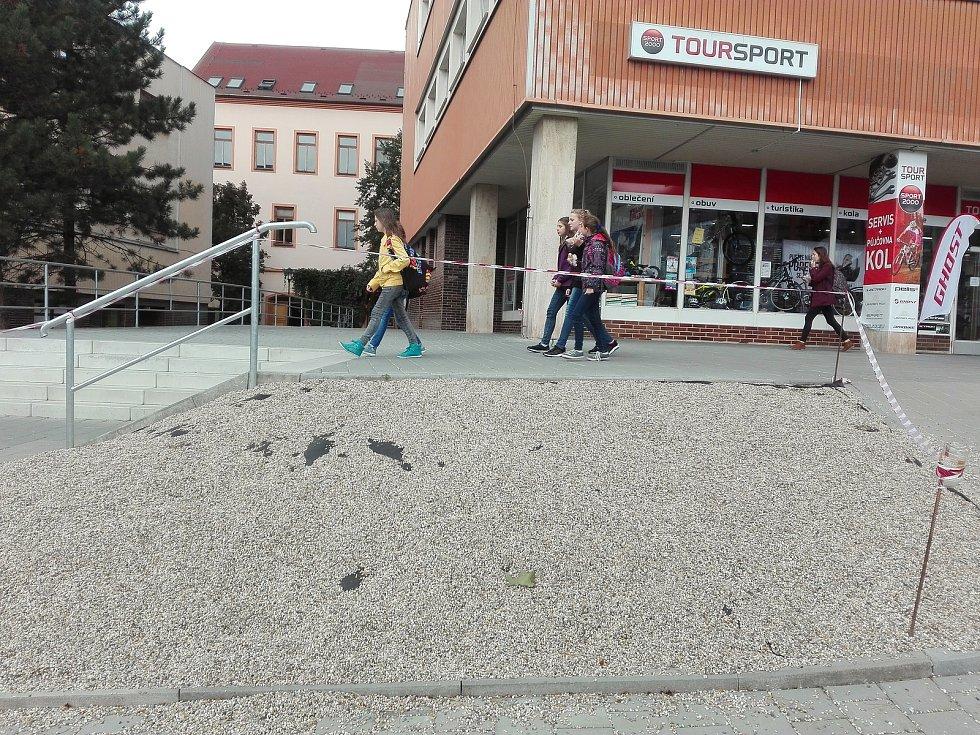 Ještě v období tohoto podzimu se uskuteční úpravy zeleně na Komenského náměstí v Třebíči v hodnotě 300 tisíc korun. Na Třebíčany často kritizovaném svažitém záhonu, kam v nedávné době radnice nechala navézt drobné oblázky, budou keře.