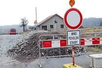 Až do 17. dubna potrvá uzavírka části silnice od Třebíče k Pocoucovu. Před Pocoucovem totiž probíhají práce na opravě komunikace v havarijním stavu. Řidiči tak musí využít objížďky na Budíkovice.