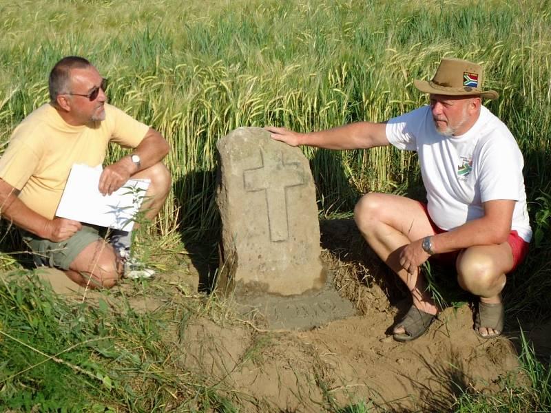 """""""Poslední a jediná zmínka o kameni je z roku 1951. Mně se ho podařilo objevit v březnu 2011, kdy kámen vyčníval na povrch asi tři centimetry. Důstojně jsme ho usadili za pomoci kamarádů na původním místě,"""" řekl Emanuel Nožička."""