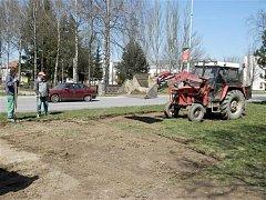 Květinové louky vysázejí zaměstnanci technických služeb před nádrží a u hasičské zbrojnice.