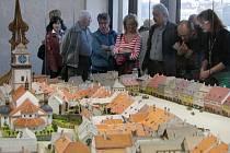 TŘEBÍČ 1835. Třebíč se v té době pomalu vzpamatovávala z velkého požáru v roce 1822. Tehdy byly strženy renesanční štíty domů na Karlově náměstí, vyhořela i městská věž. Místo báně byla dána jen nízká šindelová stříška.