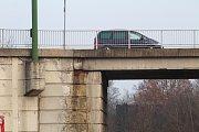 Most přes železnici u třebíčské nemocnice je v havarijním stavu.
