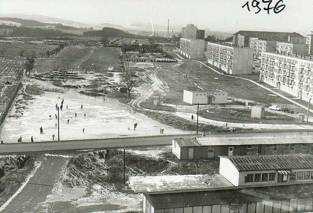 Takto se vTřebíči Na Hvězdě bruslilo vroce 1976, kdy tam ještě byl Vídeňský rybník.