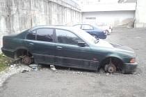 Vrak vysloužilého BMW zamotal hlavu dělníkům i zadavateli prací při zpevňování povrchu parkoviště v Otmarově ulici v Třebíči.