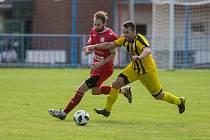 Fotbalové utkání krajského přeboru mezi HFK Třebíč – Bedřichov. V červeném dresu bojuje o míč Petr Florián.