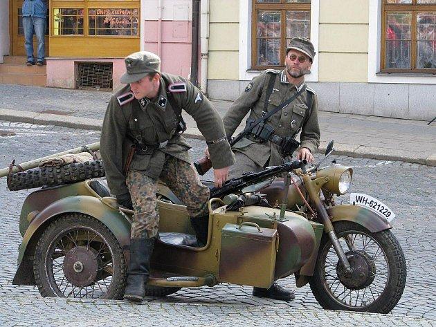 Rekonstrukcí bitvy z konce II. světové války v Třebíči vyvrcholila letošní vzpomínková akce připravená k 65. výročí konce v dějinách nejtragičtější války.