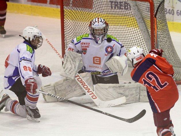 Mladší dorostenci Horácké Slavie (v bílém) museli na ledě vedoucího Havlíčkova Brodu čelit řadě útokům. Třebíčští v derby inkasovali celkem sedmkrát.
