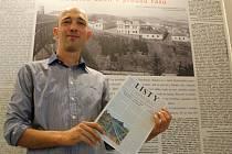 Milan Krčmář ukazuje sborník o historii Libušina údolí.