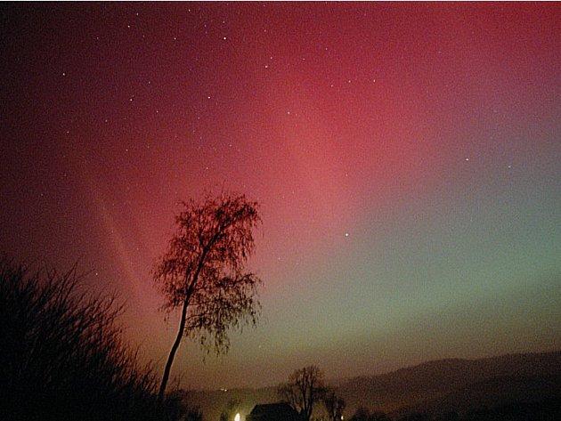 Polární záře, fotografovaná na Vysočině v roce 2003 .