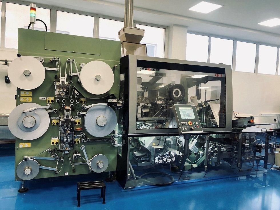 Jedna linka vyrobí za minutu až 450 sáčků. Ročně v Jemnici zabalí okolo dvou a půl bilionu čajových sáčků.