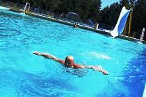 Koupaliště v Jaroměřicích místním obyvatelům poskytuje přesně to, co ve vedrech potřebují. V areálu plném zeleně jsou vodní plochy pro plavce a neplavce, adrenalinová skluzavka, bufet i sportovní vyžití, třeba beach volejbal.