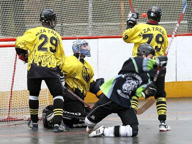 Hokejbalisté třebíčské Slzy (ve světlém) v rámci osmého kola druhé národní hokejbalové ligy na svém hřišti přivítali rezervní tým   Bulldogs Brno, nazývaný brněnští Buldoci, který s přehledem porazili 4:1.