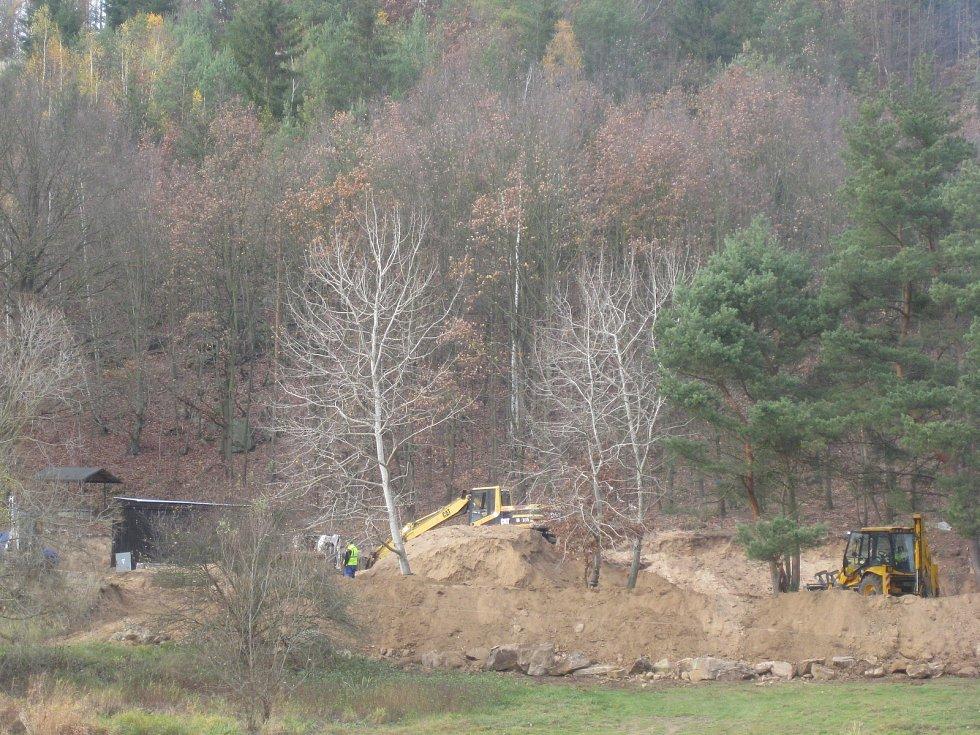 Na Lavičkách u Dalešické přehrady se odehrály velké zemní práce. Úředníci je nyní přerušili. Foto: Archiv Zdeňka Pruknera.