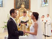 Při svatebním obřadu.