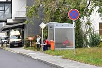 Nemocnice Třebíč vyšla kuřákům vstříc kuřárnou připomínající zastávku MHD.
