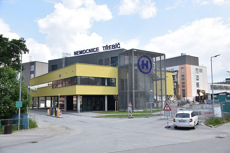 Nové operační sály se nachází v přístavbě v přední části nemocnice. Na jejich zkušební provoz navázala rekonstrukce původních operačních sálů.