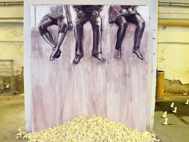 Umělci tvoří v borovinské továrně. Pro svá díla vyžívají nalezené zbytky z výroby. Snímek z loňského ročníku ukazuje jedno z vystavených děl.