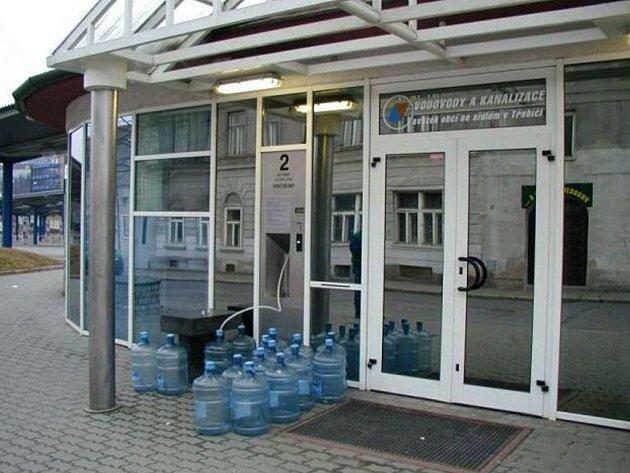 Heraltická voda vydávaná automatem v třebíčské ulici Vítězslava Nezvala.