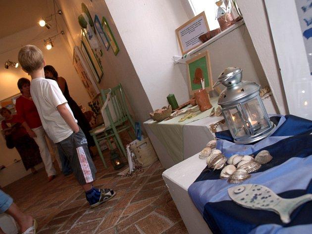 Klienti Ústavu sociální péče z Jinošova právě vystavují své práce v Náměšti nad Oslavou.