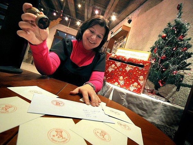 Vánoce už budou téměř za měsíc, a jak se již stalo tradicí, na Informačním centru při bazilice svatého Prokopa v Třebíči je od úterý především pro děti opět otevřena Ježíškova pošta.