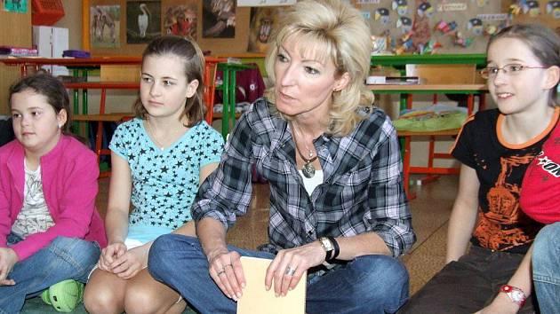 Finalistka soutěže Zlatý Amos Vladimíra Matějková se svými žáky.