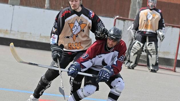V odvetném utkání museli hokejbalisté Přibyslavic (vlevo Jiří Gric) vyhrát, aby se udrželi ve hře o semifinále. Ovšem Brňané byli lepší a vítězstvím stvrdili postup.