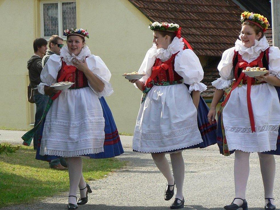 Tradiční krojované hody v Rouchovanech.