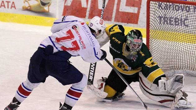 Pouze v prvním měření sil v nadstavbové části juniorské ligy vyhrála Horácká Slavia (v bílém) gólovou přestřelku ve Vsetíně. V dalších dvou vzájemných zápasech, ale vyhráli na nájezdy Valaši, před Vánoci v Třebíči (na snímku) a v neděli doma.
