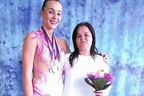 Gymnastka Eliška Dočkalová s trenérkou Michaelou Křenkovou.