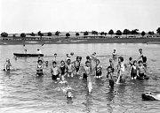 Vodní radovánky. Snímek je z koupání v Rathanu ve 30. letech. Tehdy se mimochodem do stejného rybníku chodil koupat i majitel zdejšího zámku Jindřich Haugwitz s rodinou.