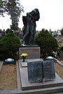 Hrob Otokara Březiny na hřbitově v Jaroměřicích. V minulosti se už několikrát stal terčem vandalů.