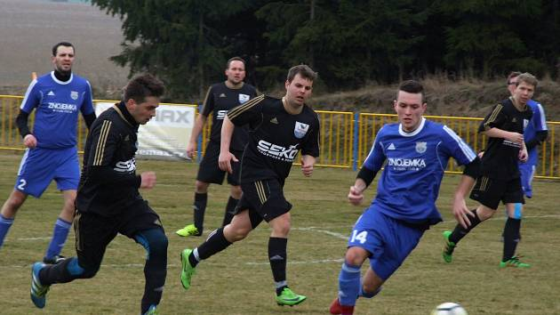 Okresní derby prvního hraného kola jarní části sezony I. B třídy ovládly Hartvíkovice (v černém), které vyprovodily Rokytnici čtyřmi góly na jejím hřišti.