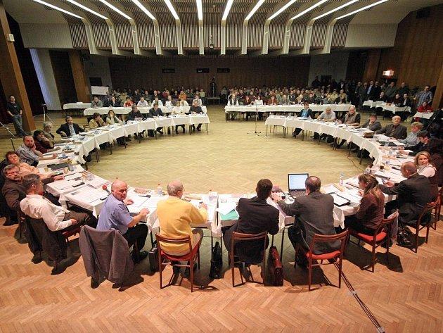 NESCHOPNI DOHODY. Třebíčské městské zastupitelstvo zasedá v kruhu. Mezi jednotlivými členy však stojí nepřekonatelné názorové hradby.