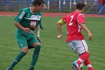 Starší dorostenci HFK Třebíč (v červeném) zvládli derby na umělém trávníku ve Velkém Meziříčí, když rivala z Vysočiny přestříleli šesti góly a tento tříbodový zisk je posunul na první místo divizní tabulky skupiny D.