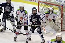 Mladší dorostenci Horácké Slavie (v bílém) porazili v posledním zápase před týdenní pauzou Bílé Tygry z Liberce. Nyní zavítají na led Pardubic.