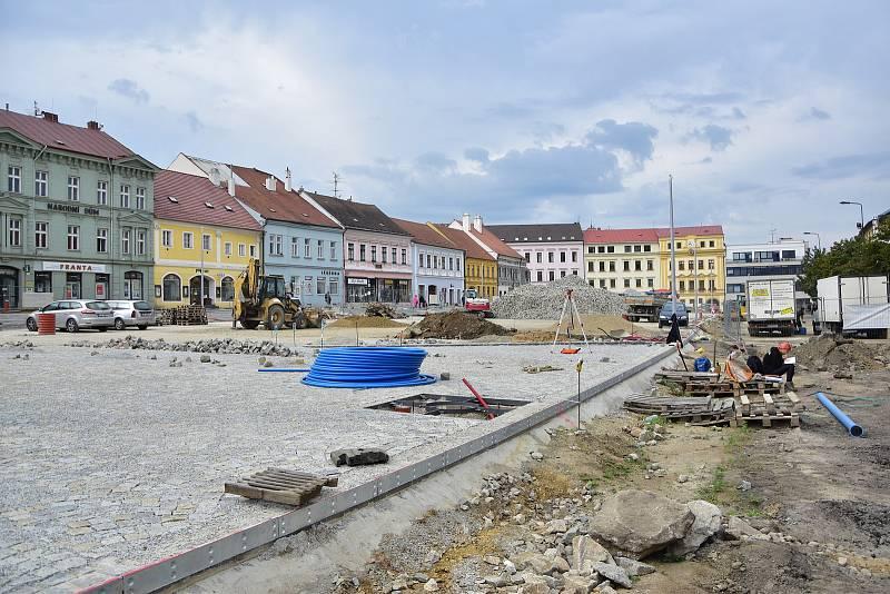 Revitalizace Karlova náměstí v Třebíči se přesunula na spodní stranu, na horní straně mezitím dláždí chodníky a cesty