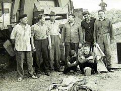 Žně. Na tomto snímku z počátku 60. let jsou místní muži, kteří sice pracovali ve fabrikách. Ovšem v době žní chodili vypomáhat na pole.