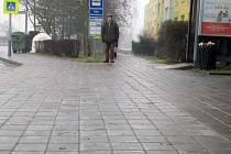 Chodník v ulici Marie Majerové byl jako kluziště. Dostat se na tamní autobusovou zastávku byl nesnadný úkol. Lidé raději volili cestu po trávě.