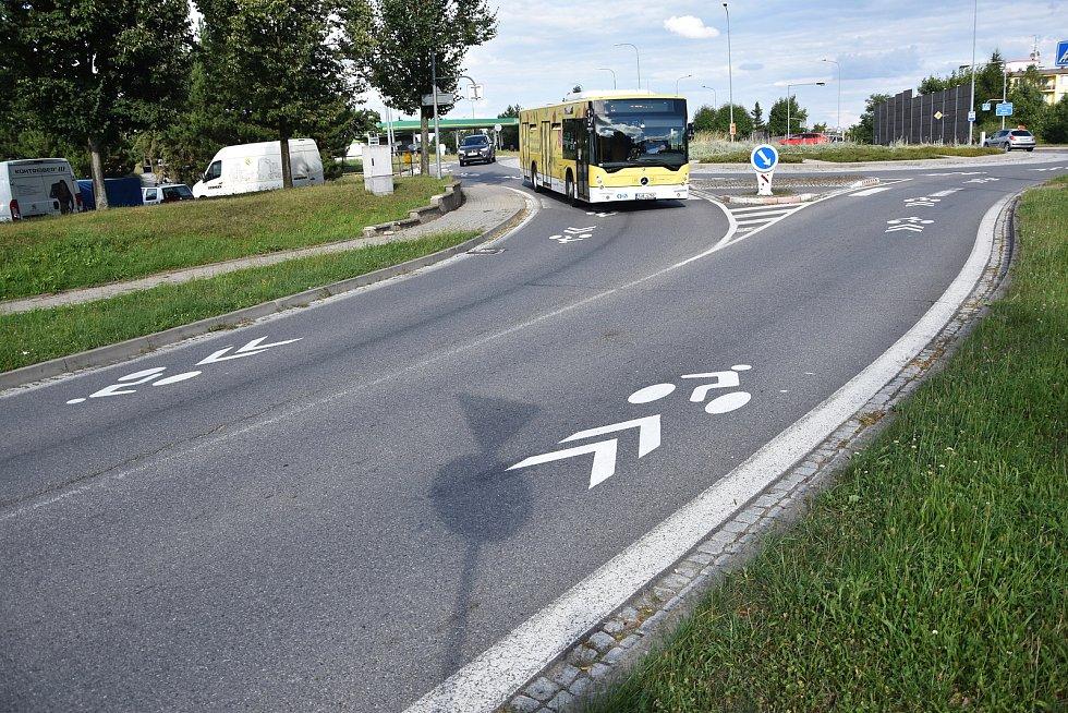 Piktogramy zdobí kruhový objezd mezi ulicemi Míčova a Velkomeziříčská, před benzinovou pumpou. Postupně se ale objeví i na dalších silnicích ve městě