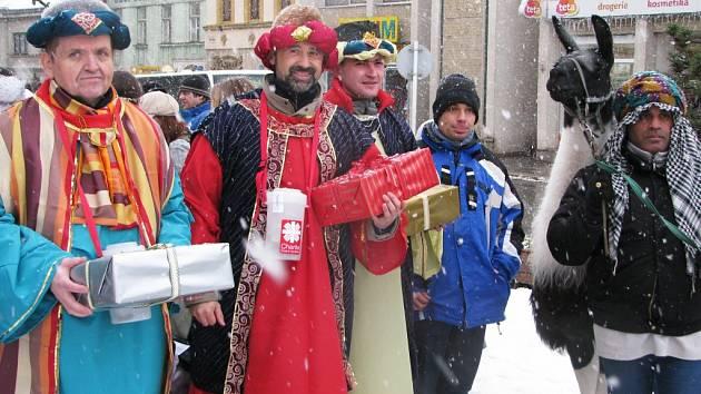 Tři králové v pondělí dorazili také do zasněžené Třebíče.