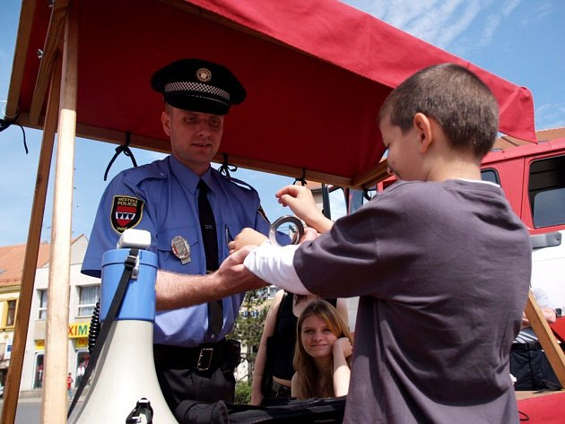 Dopravní dopoledne se strážníky, policisty, hasiči, vodními záchranáři.